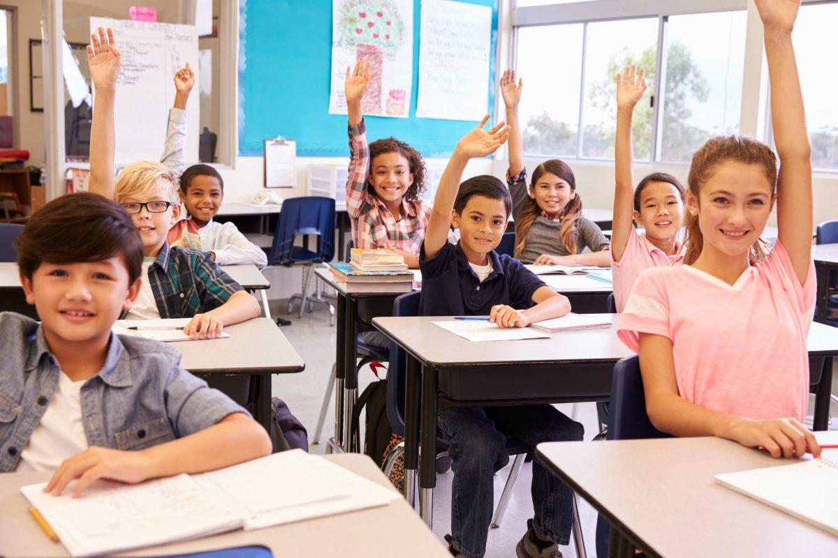 các em hojc sinh lớp 9 đang thi nhau giơ tay phát biểu - hình ảnh minh họa sai lầm luyên thi tiếng Anh lớp 9
