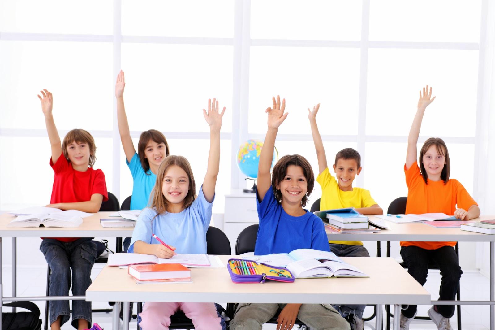 Nên cho trẻ học tiếng Anh lớp 1 giao tiếp nhiều hơn là chăm chăm tập viết