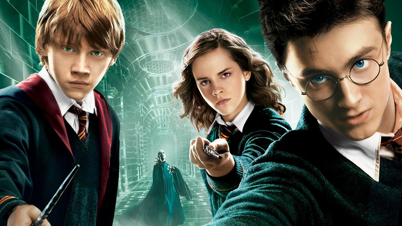 viết về bộ phim Harry Potter bằng tiếng Anh cũng chính là kể lại cuộc chiến giữa 3 nhân vật chính trong hình: Harry Potter,Ronald Weasley, Hermione Granger chống lại chúa tể Voldemort