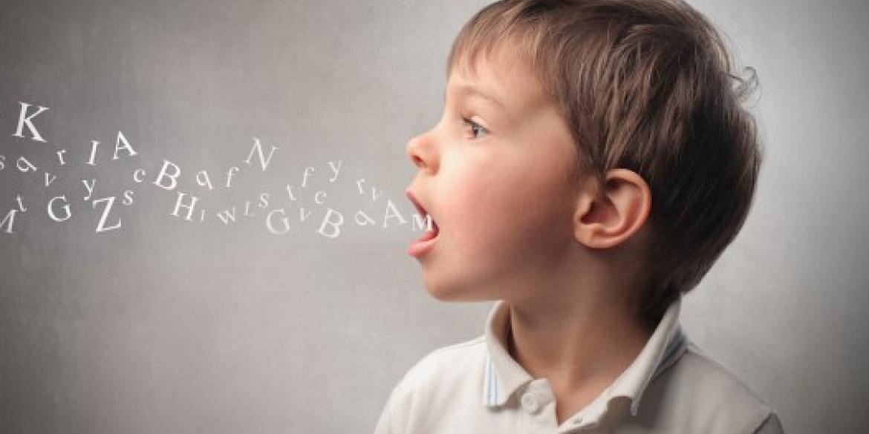 một cậu bé đang luyện tập phát âm tiếng Anh