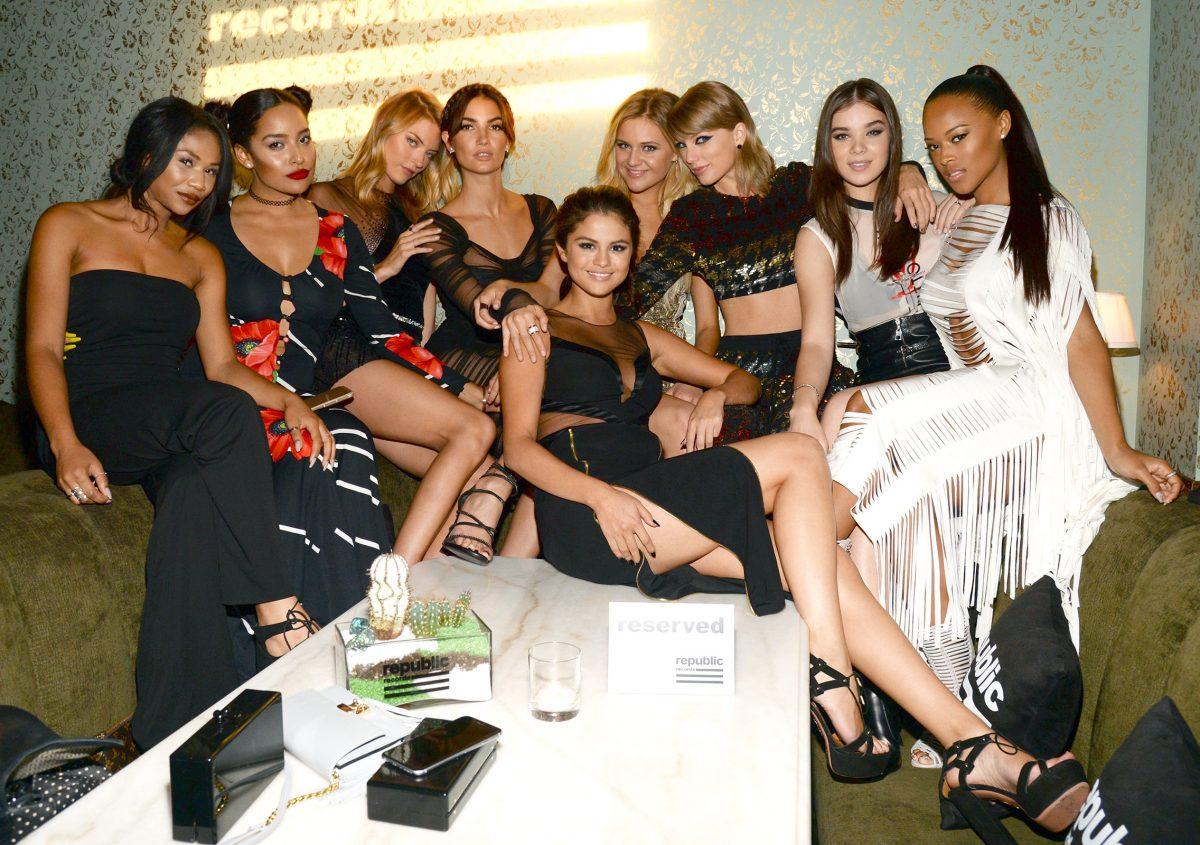 Taylor Swift cùng hội bạn thân của mình chụp ảnh trong một bữa tiệc - hình ảnh minh họa từ vựng tiếng Anh về các mối quan hệ