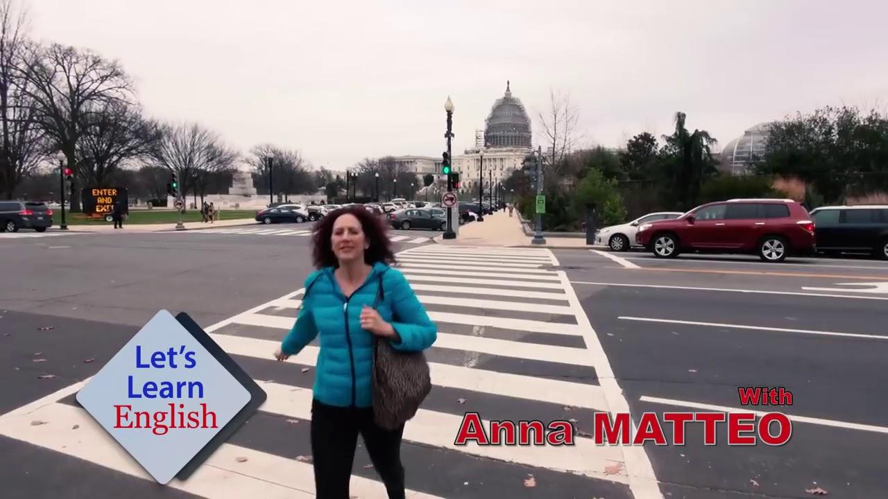 Một người phụ nữ đang đi bộ sang đường, cô ấy là giáo viên của khóa học tiếng Anh online của Đài Tiếng nói Hoa Kỳ