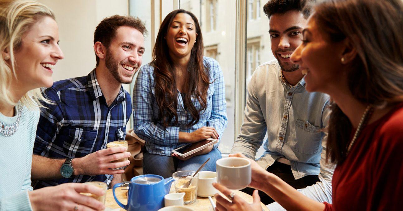 một nhóm bạn đang uống cà phê và nói chuyện với nhau