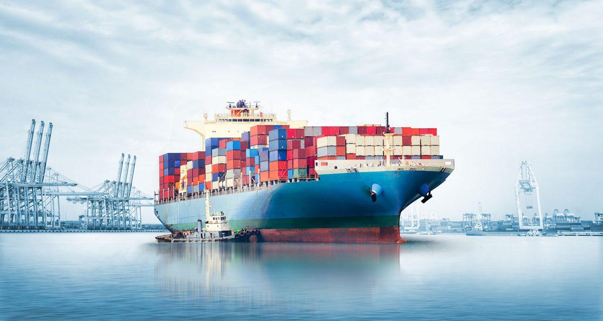 một chiếc du thuyền đang rời cảng chở hàng đi xuất khẩu - hình ảnh minh họa cho từ vựng tiếng Anh về xuất nhập khẩu