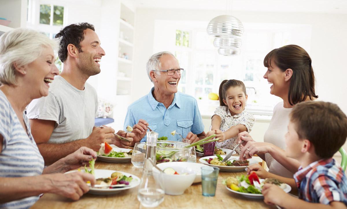 một gia đình đang nói chuyện với nhau trong bữa ăn