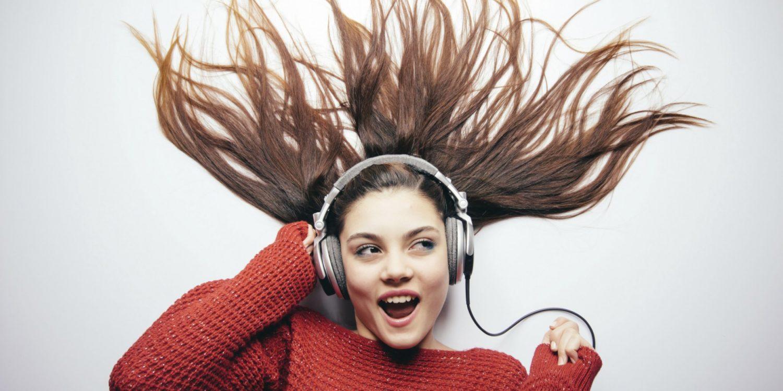 một cô gái đang nằm say sưa nghe nhạc