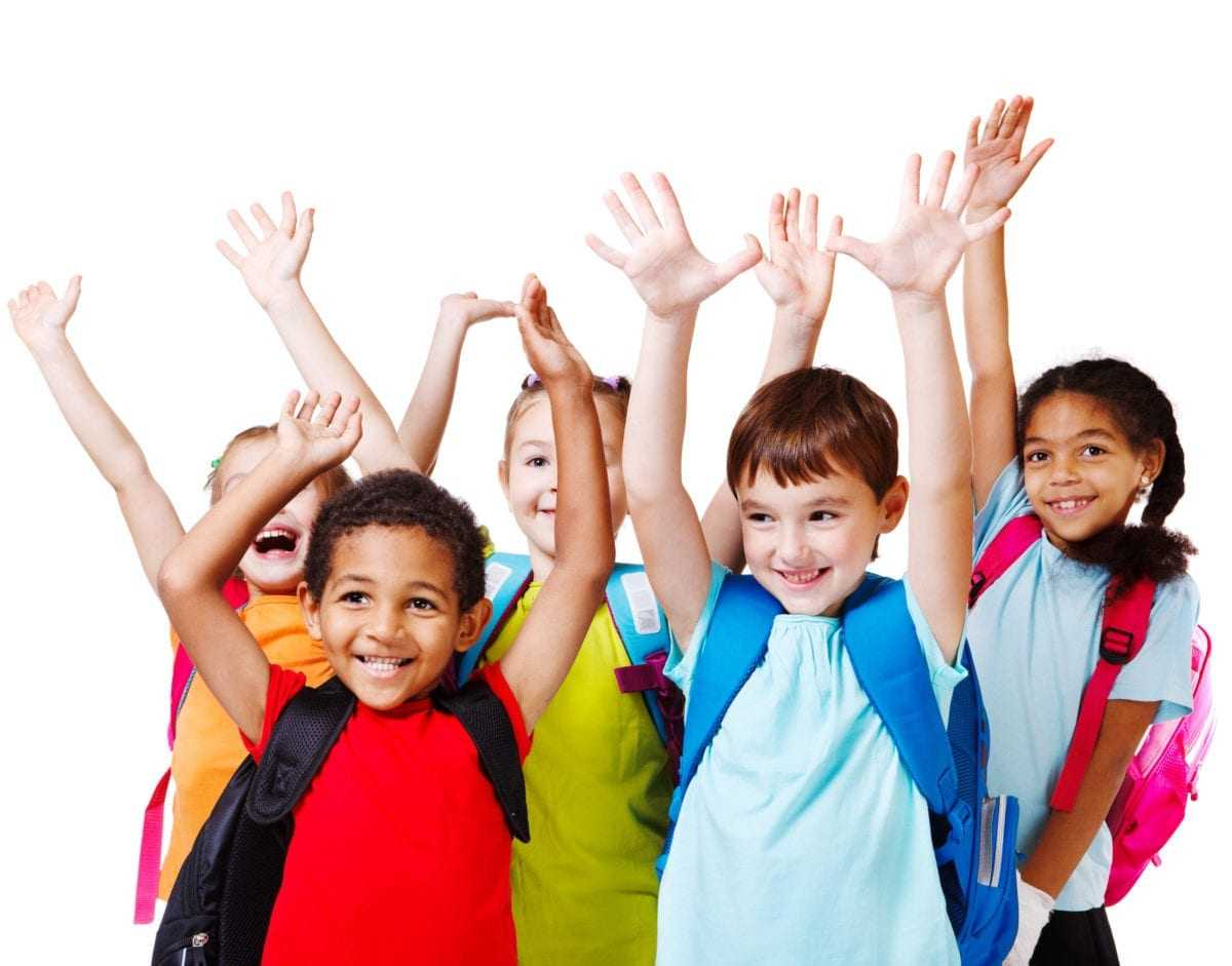 các bạn học sinh mặc áo sắc màu đang giơ cả hai tay lên cười thích thú