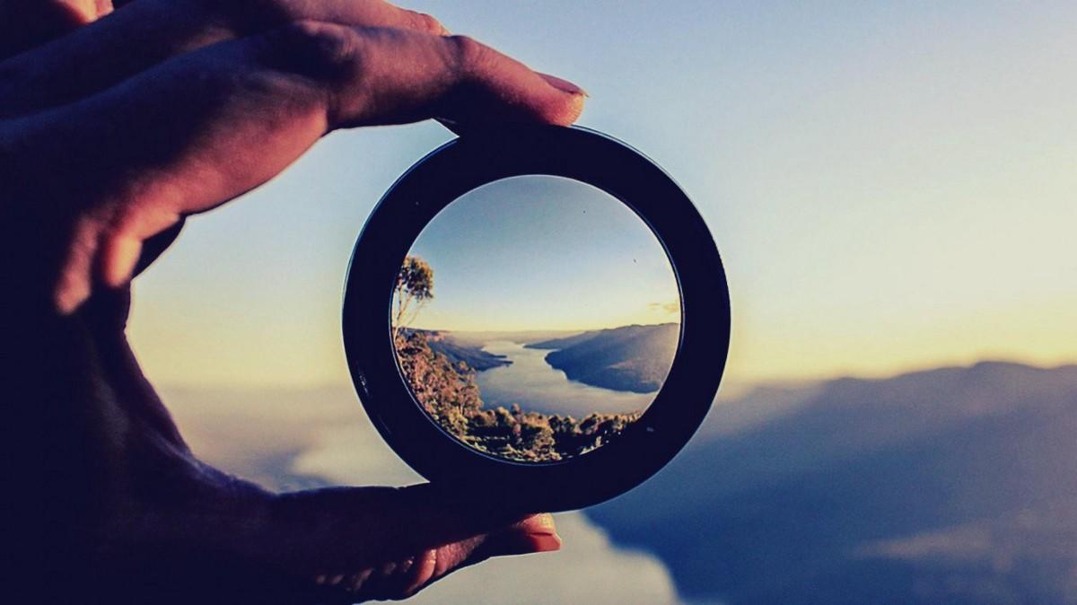 một người đang cầm một lăng kính - thể hiện rằng người đó chỉ đang nhìn từ góc độ của mình