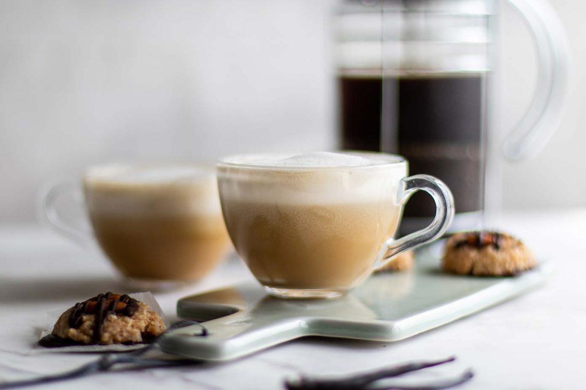 2 tách cà phê latta - hình ảnh minh họa cho từ vựng tiếng Anh về cà phê