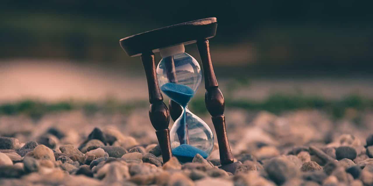 một chiếc đồng hồ cát đang chảy