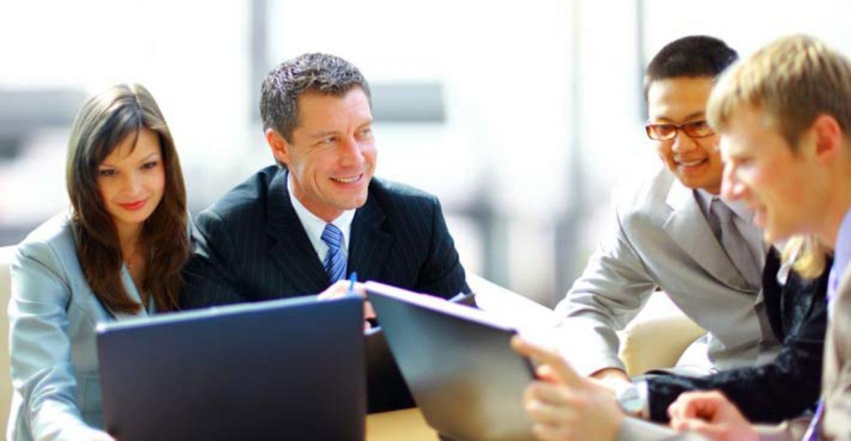 một nhóm đồng nghiệp đang thảo luận công việc