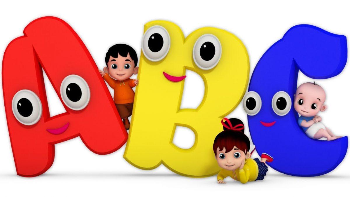 2 bé đang chơi đùa với hình 3 chữ cái A B C