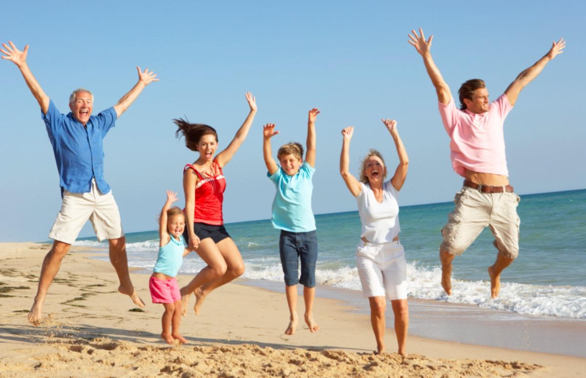 một gia đình đang chụp ảnh ở bãi biển