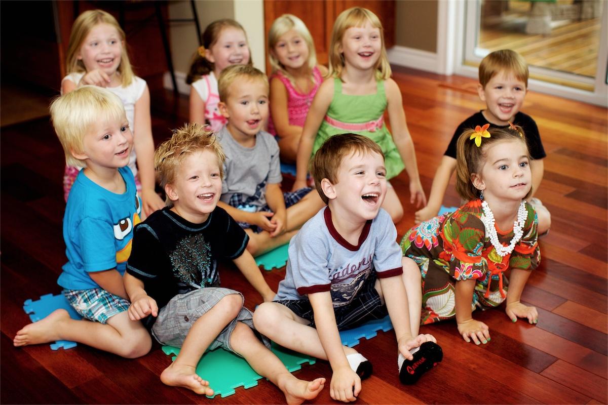 một nhóm trẻ em đang thích thú nghe nhạc - hỉnh ảnh mình họa bài hát tiếng ANh cho bé