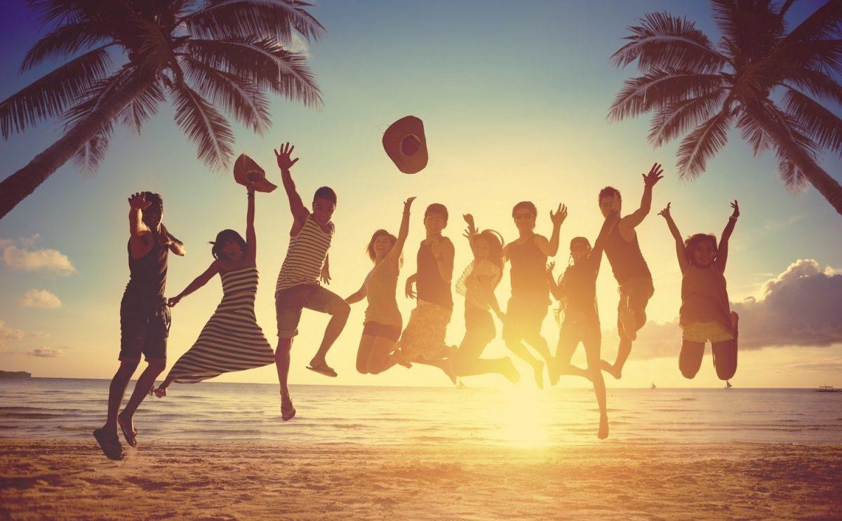 một nhóm bạn đang chụp ảnh ở bãi biển