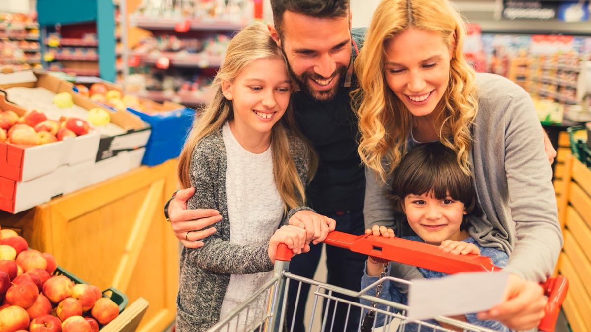 một gia đình có 4 người đang cùng nhau đi mua sắm trong siêu thị