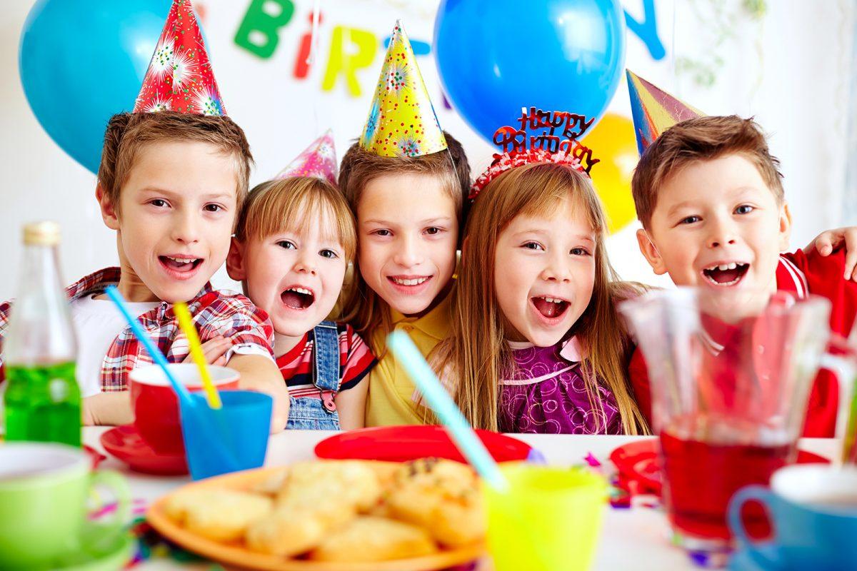 5 bé đang cùng nhau chú mừng sinh nhật một người bạn - hinhar ảnh minh họa bài hát tiếng Anh cho bé