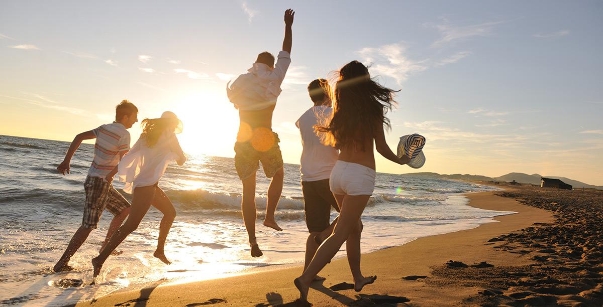 một nhóm bạn đang cùng nhau chyaj bộ bên bờ biển