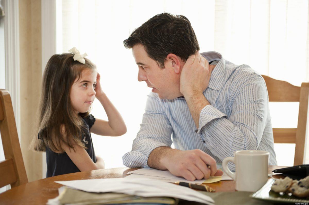 một người cha đang nói chuyện với con gái của mình