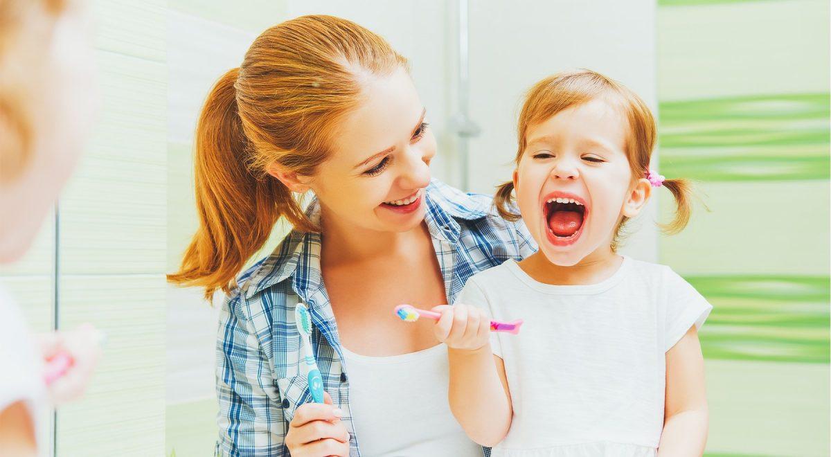 một người mẹ đang cùng con đánh răng - hình ảnh minha họa bài hát tiếng Anh cho bé