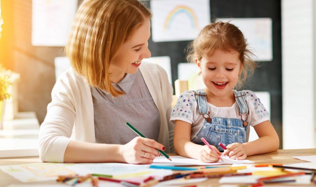 một người mẹ đang dạy con học bài - hình ảnh minh họa tiếng Anh cho học sinh lớp 1