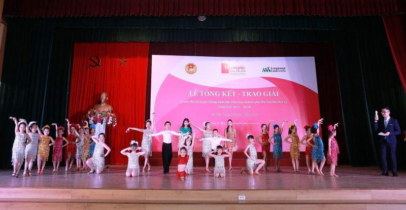 Tiết mục văn nghệ mở đầu lễ trao giải