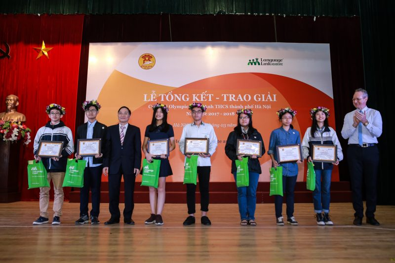 Ông Phạm Văn Đại - Phó Giám đốc Sở GD&ĐT Hà Nội, cùng ông Gavan Iacono - Tổng Giám đốc Tổ chức giáo dục Language Link Việt Nam trao quà và bằng khen cho các thí sinh đạt giải Nhất