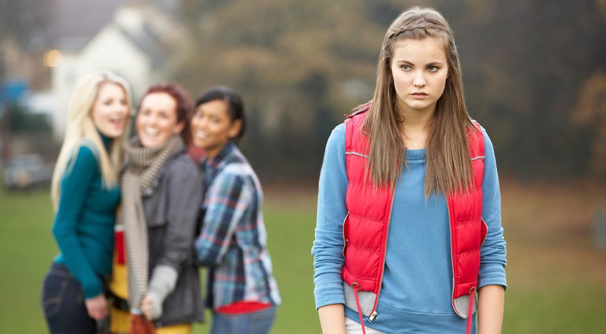 một bạn học sinh cảm thấy buồn và bị đẩy ra ngoài cuộc nói chuyện của các bạn mình