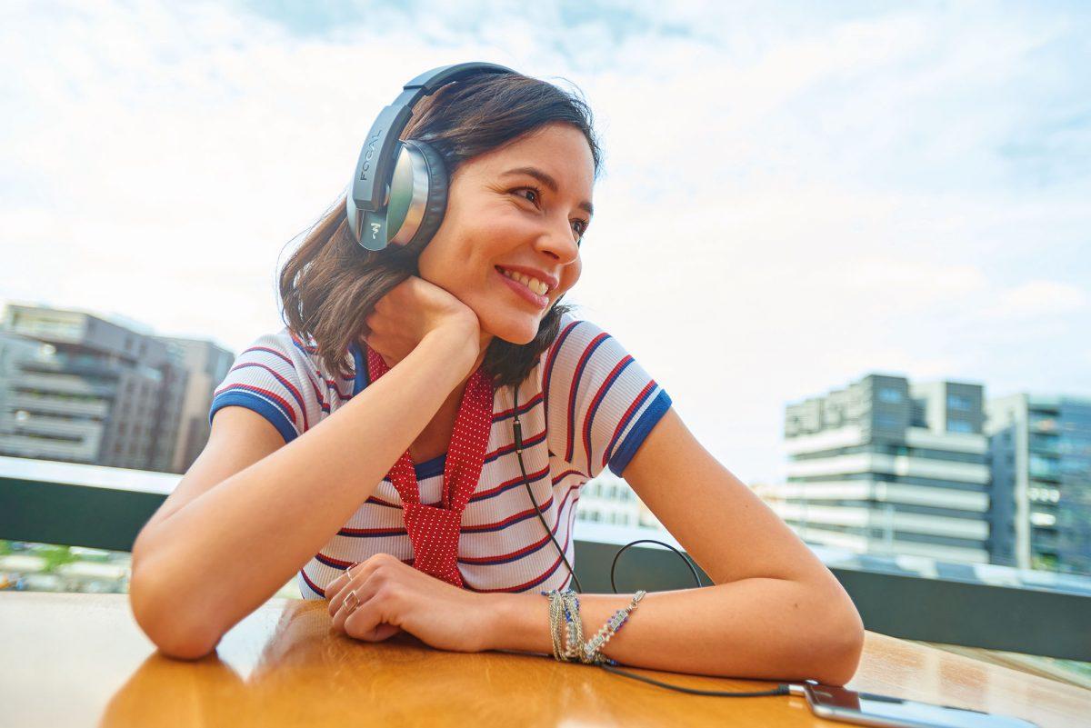 một coo gái đnag vui vẻ nghe nhạc