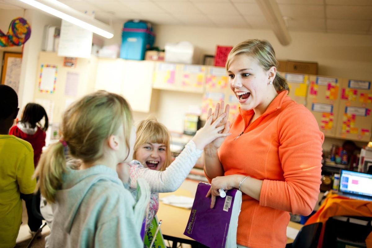 các em hojc sinh đang thi nhau hỏi cô giáo - hình ảnh minh họa bứt phá tiếng ANh cho học sinh cấp 2