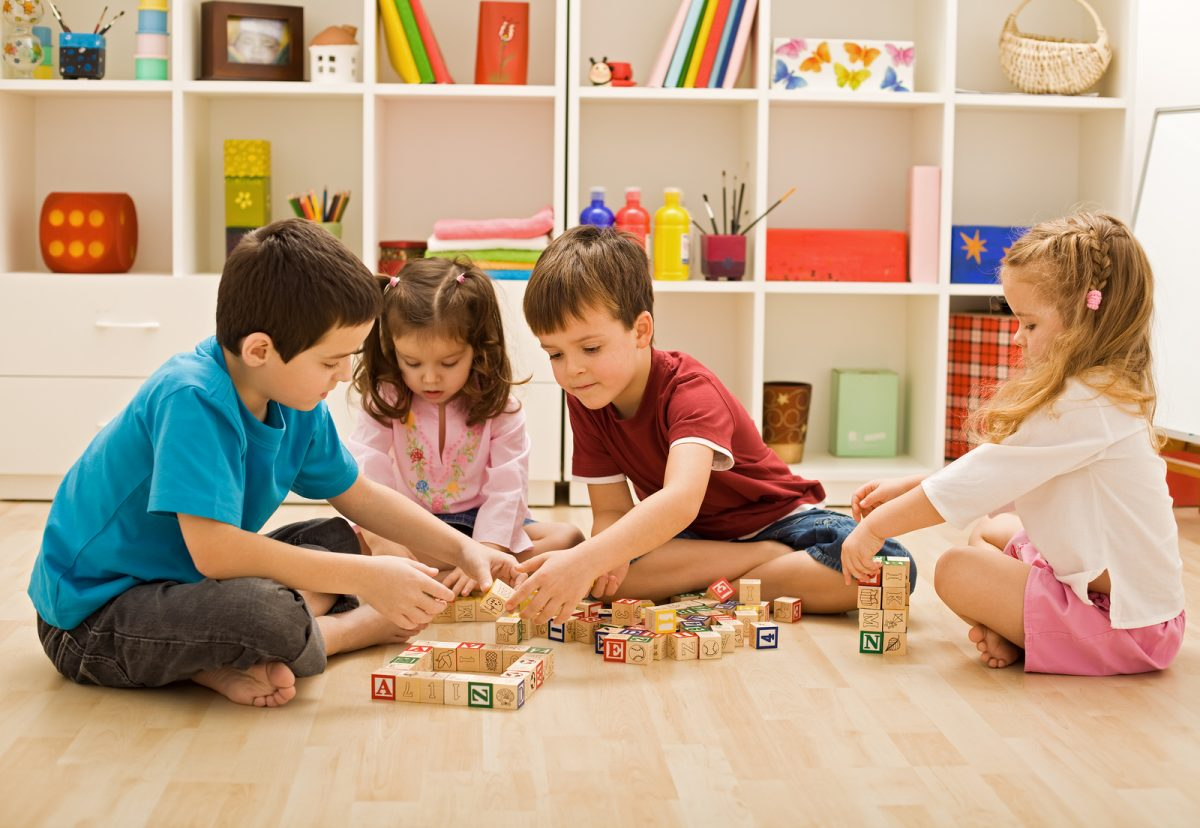 4 em bé đang cùng chơi ghép chữ cái tiếng Anh - hình ảnh minh họa game học từ vựng tiếng Anh