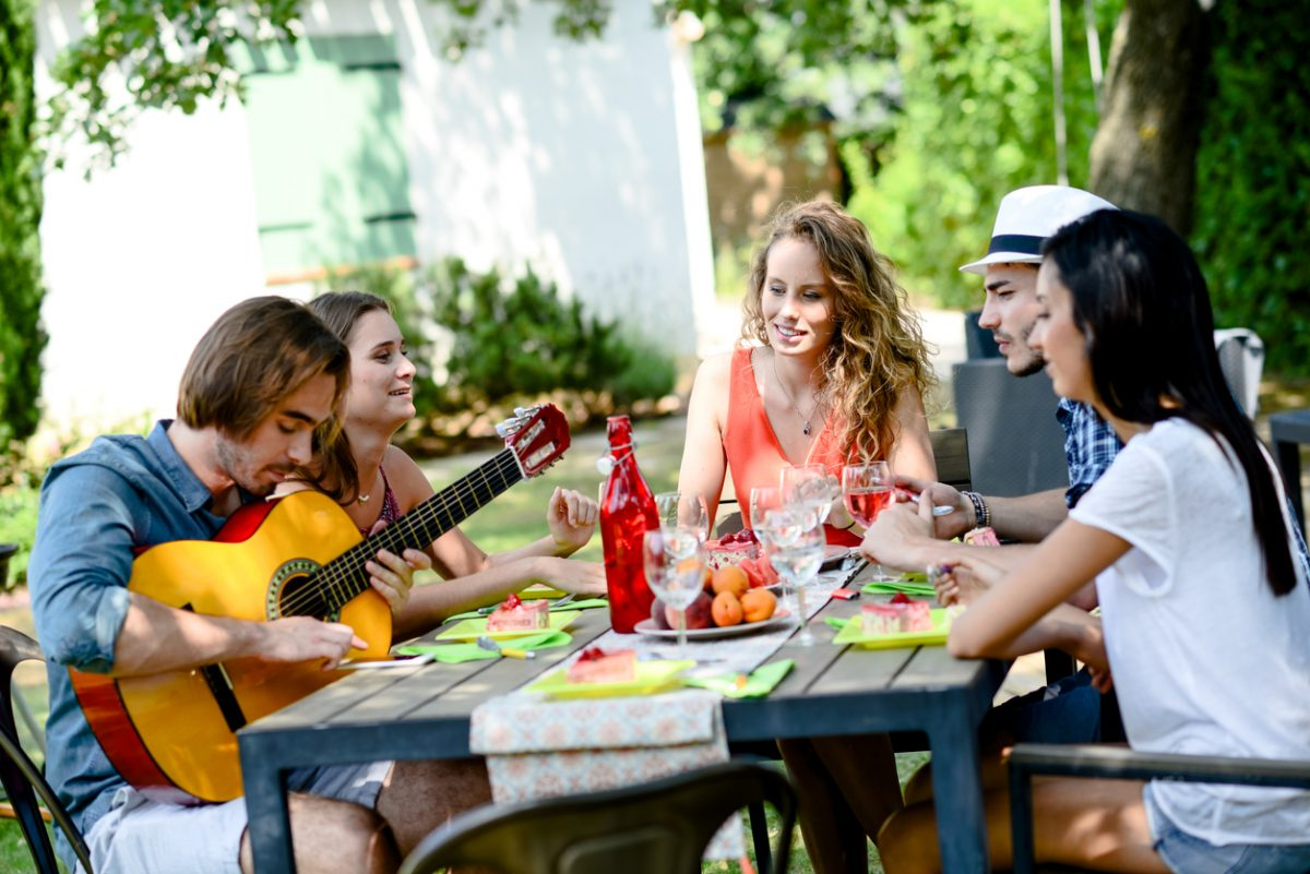 một nhóm bjan đang tụ tập ăn uống ca hát trong kì nghỉ của mình - hình ảnh mình họa ON HOLIDAY hay IN HOLIDAY