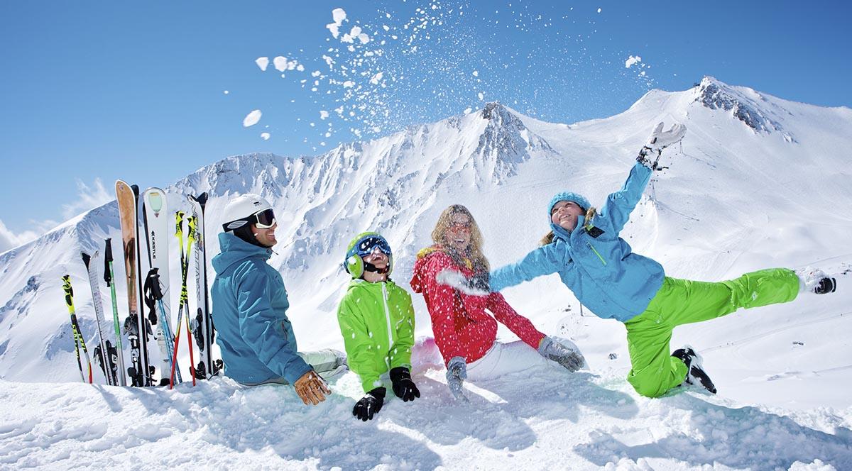 một nhóm bạn đi trượt tuyết trong kì nghỉ đông