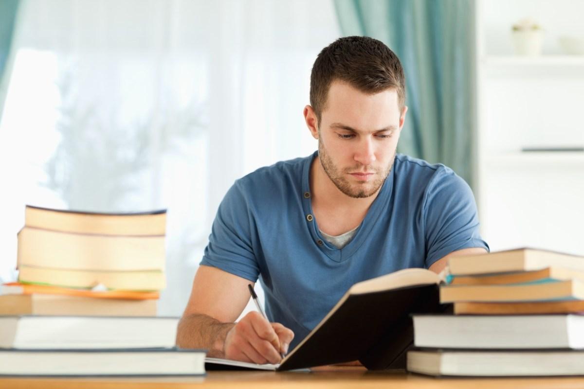 Tiến hành viết bài luận tiếng Anh theo chủ đề kinh tế