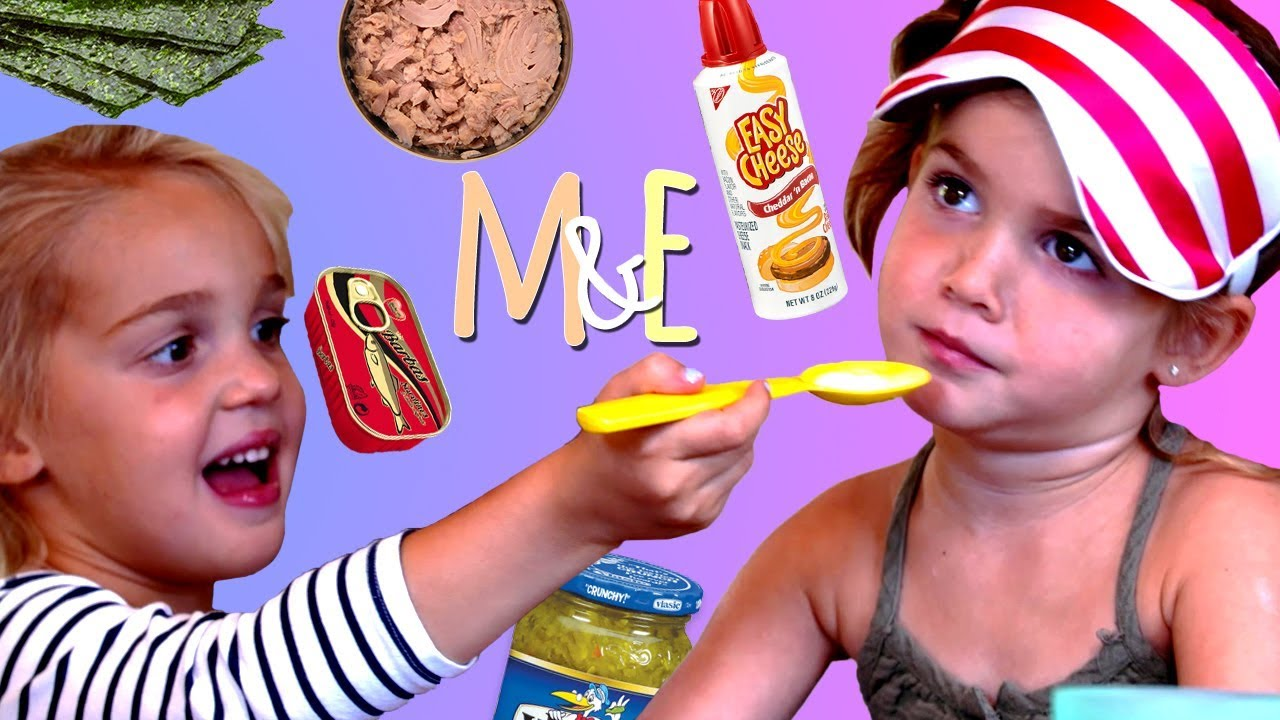 """hai cô bé đang cùng nhau tham gia thử thách bịt mắt nếm vị đoán tên đồ ăn, """"nếm"""" có thể vừai là động từ hành động vừa là động từ tri giác"""