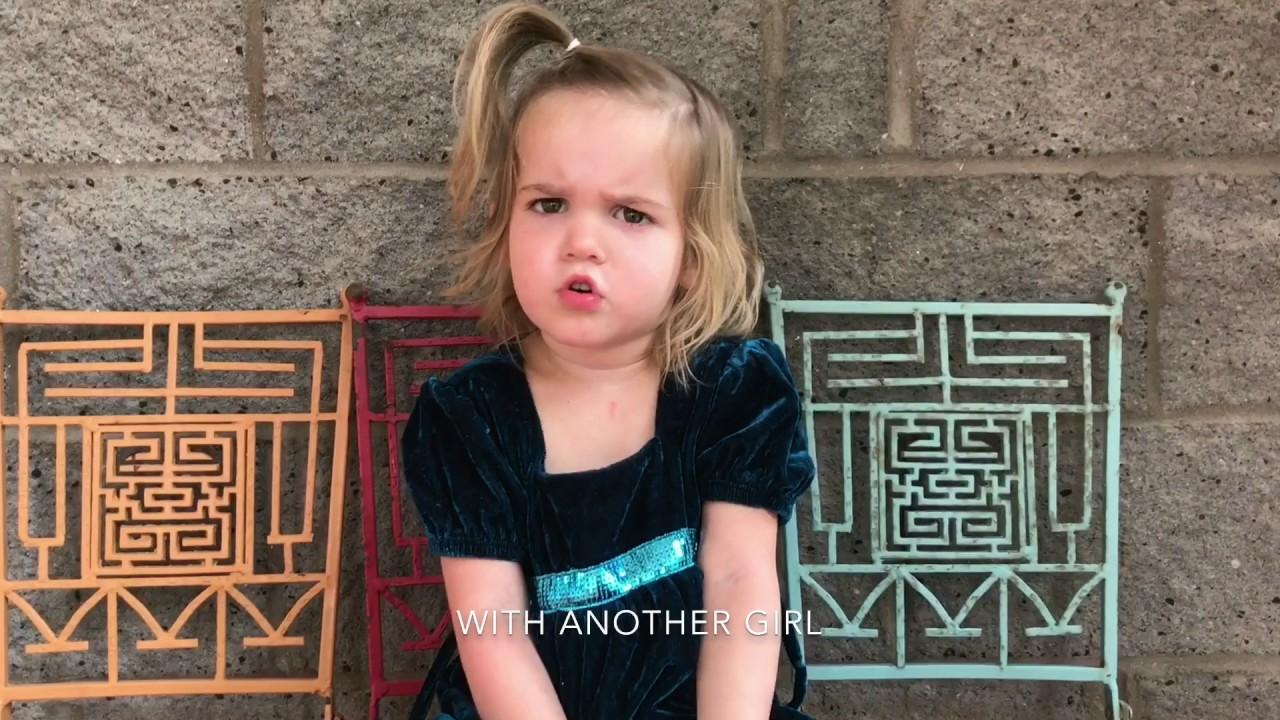 cô bé Mila Kcstauffer đang sử dụng các tri giác của mình để biểu thị cảm xúc
