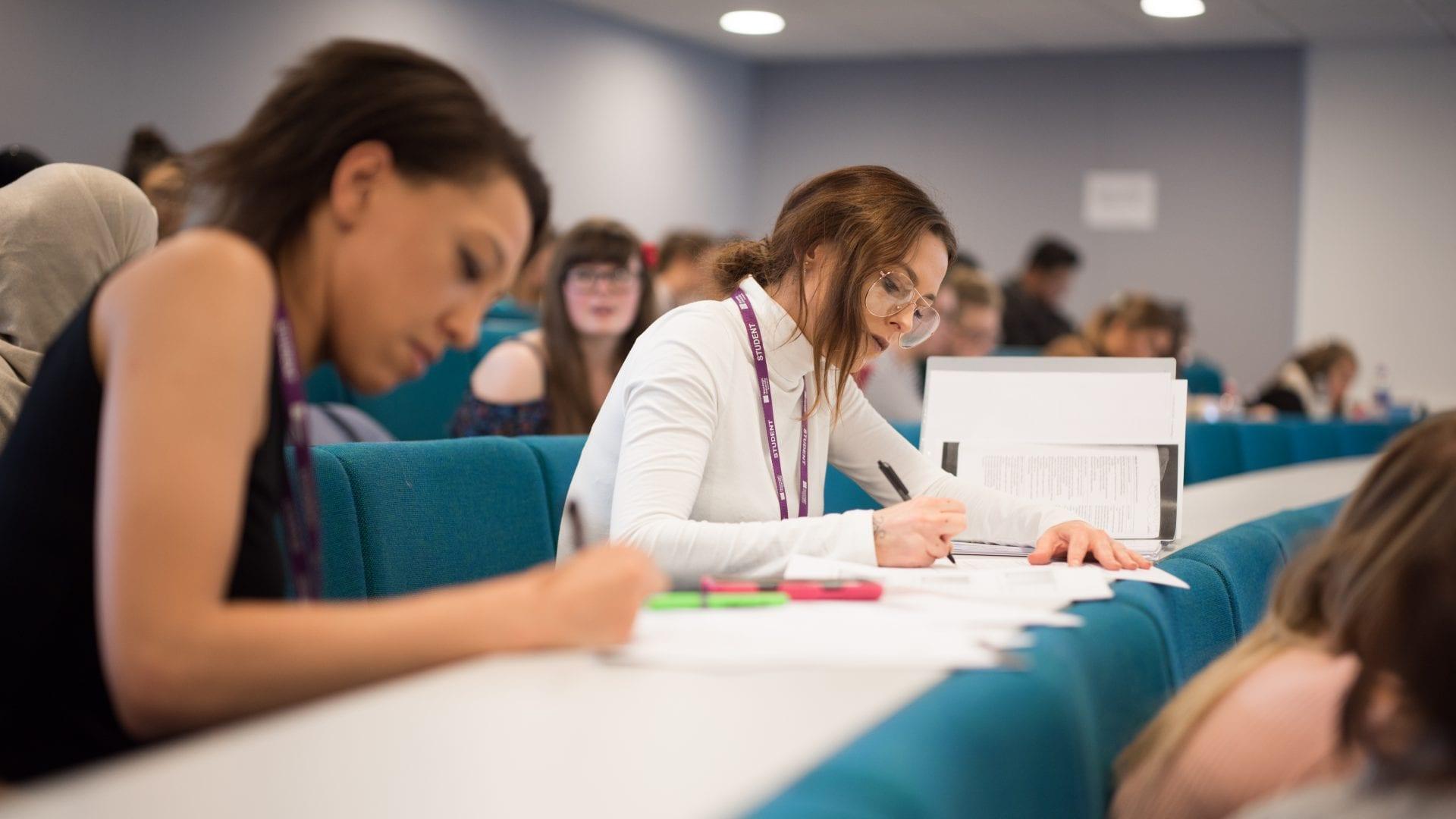 Từ vựng IELTS Writing là một nhân tố quan trọng giúp bạn nâng điểm trong bài thi viết