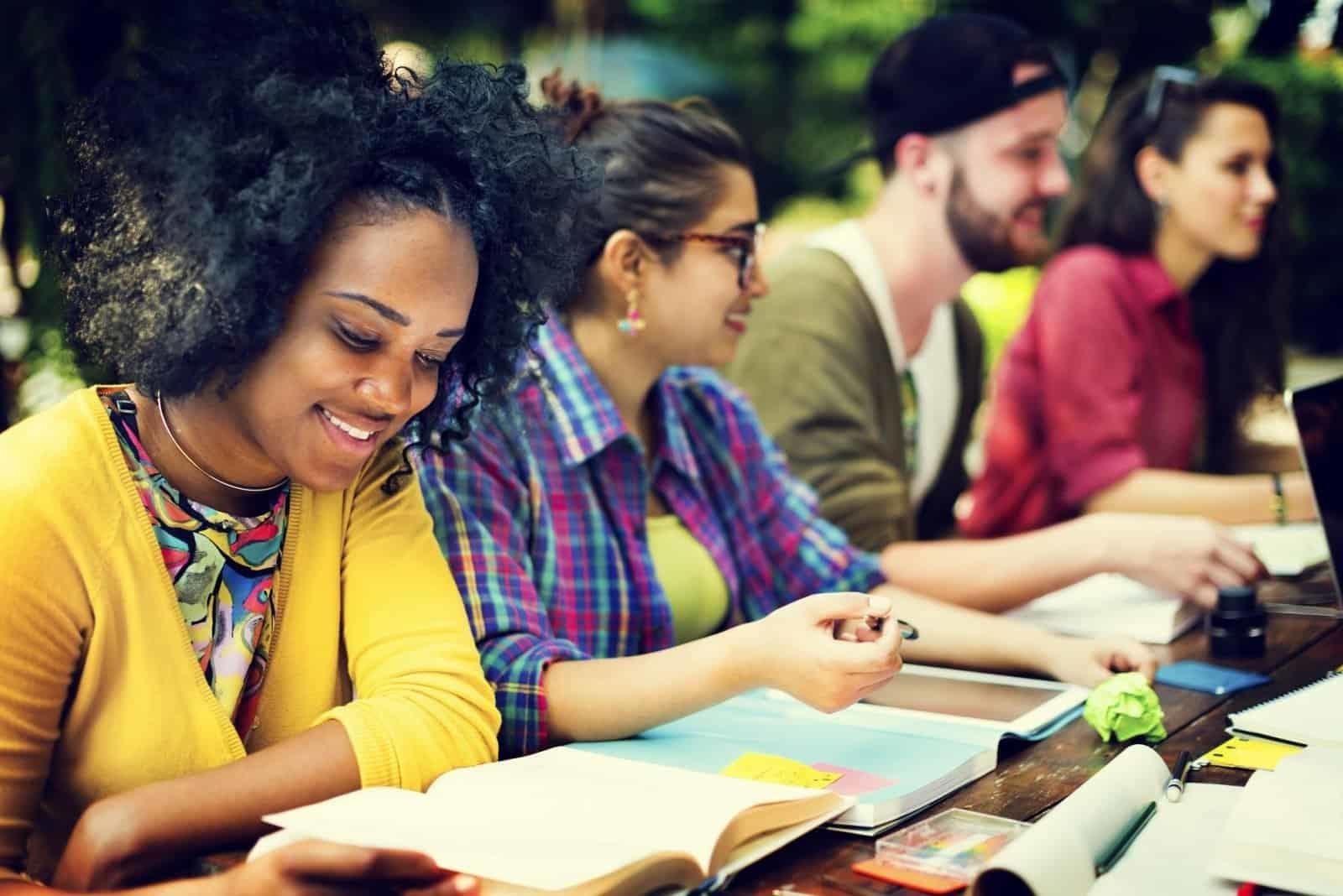 Lựa chọn các đầu sách học IELTS tốt sẽ tác động tích cực tới điểm số cuối cùng của bạn