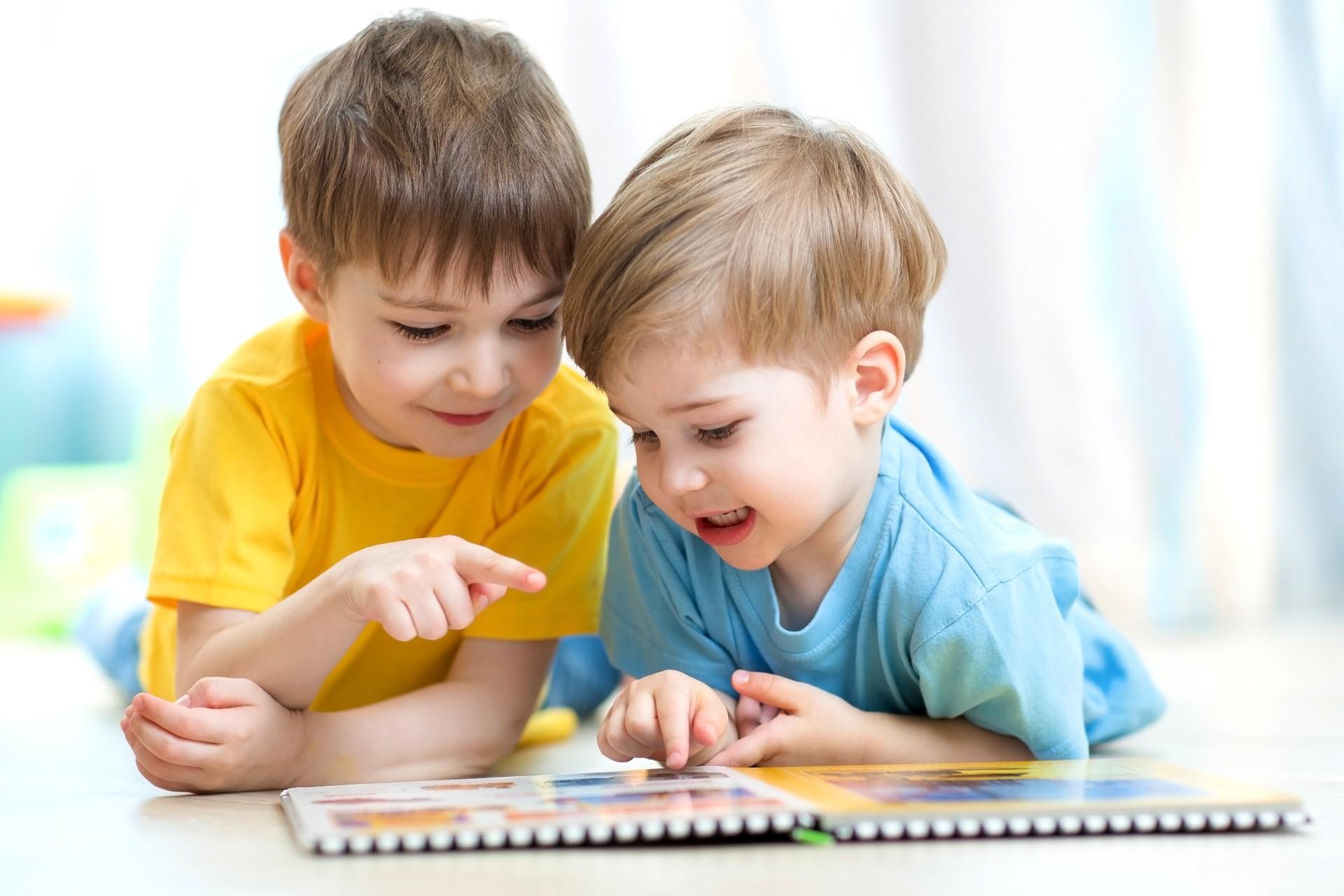 Nên lựa chọn các cuốn sách chứa nội dung và hình ảnh phù hợp với độ tuổi của trẻ