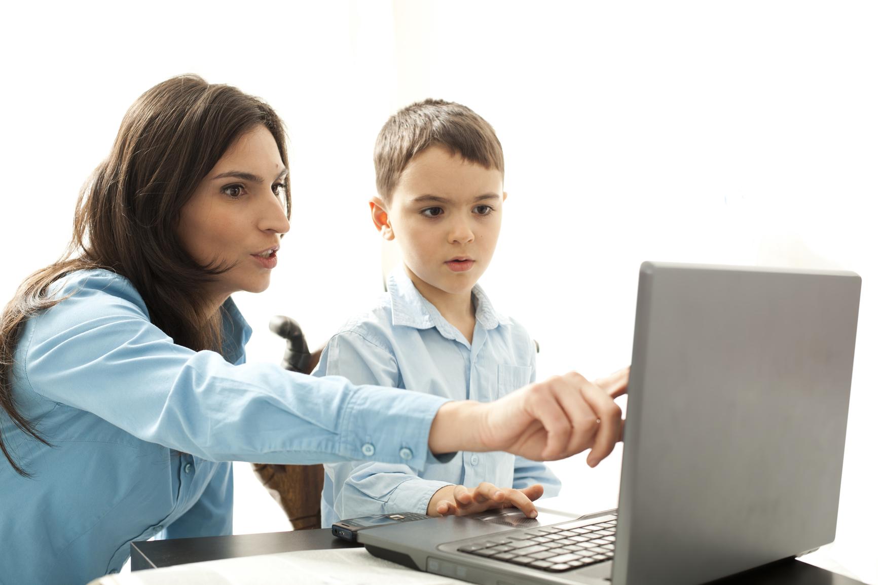 Sự giám sát chặt chẽ của cha mẹ là điều vô cùng cần thiết trong quá trình học tiếng anh online của trẻ em