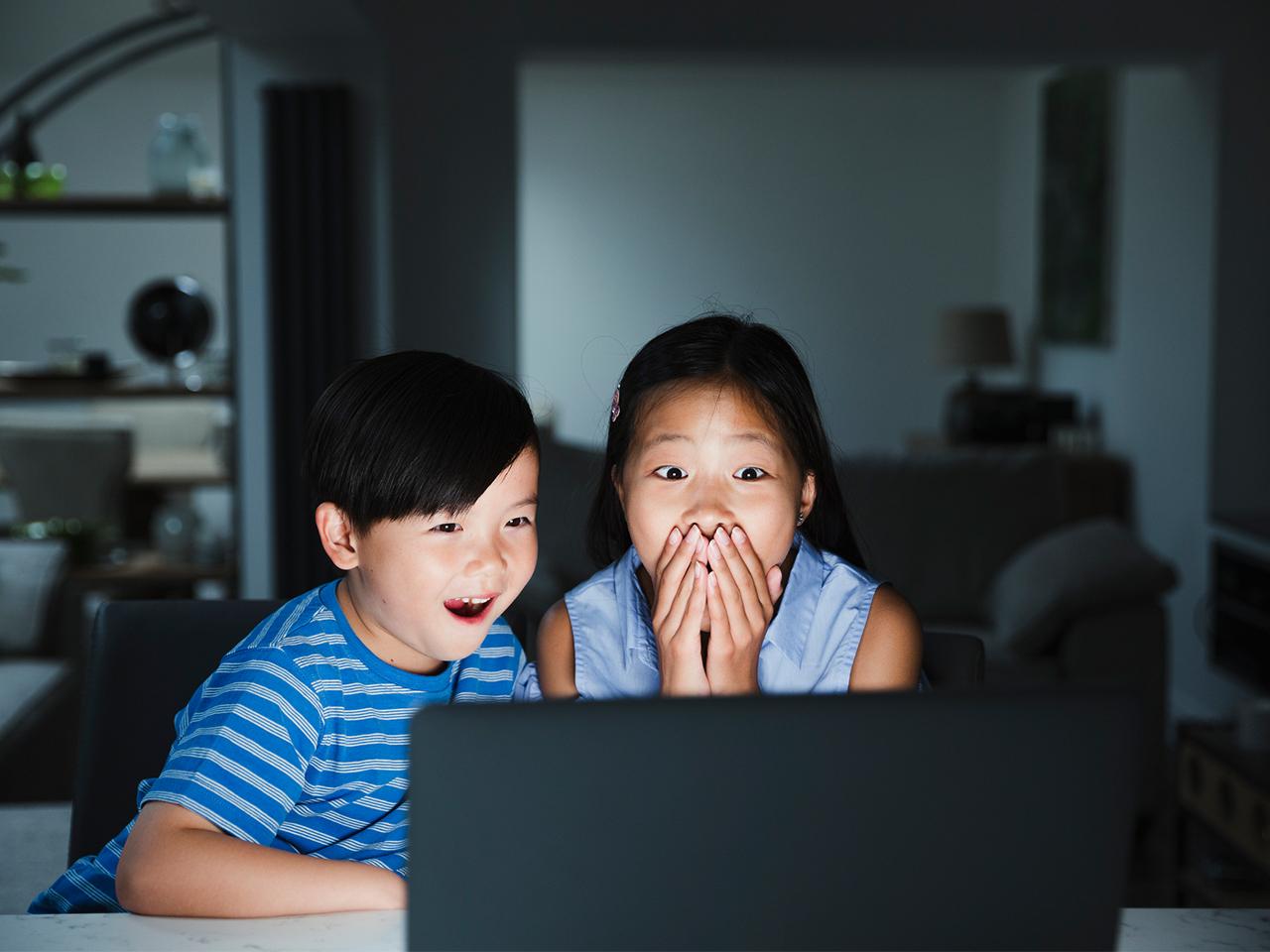 Phụ huynh cần hỗ trợ quá trình học tiếng Anh qua video của trẻ em