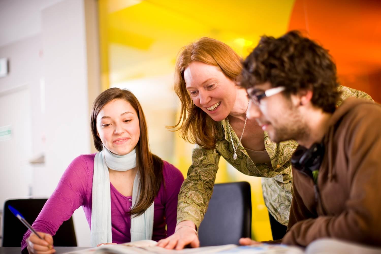 Đội ngũ giáo viên là nhân tố quan trọng hàng đầu khi lựa chọn trung tâm tiếng anh cho người lớn