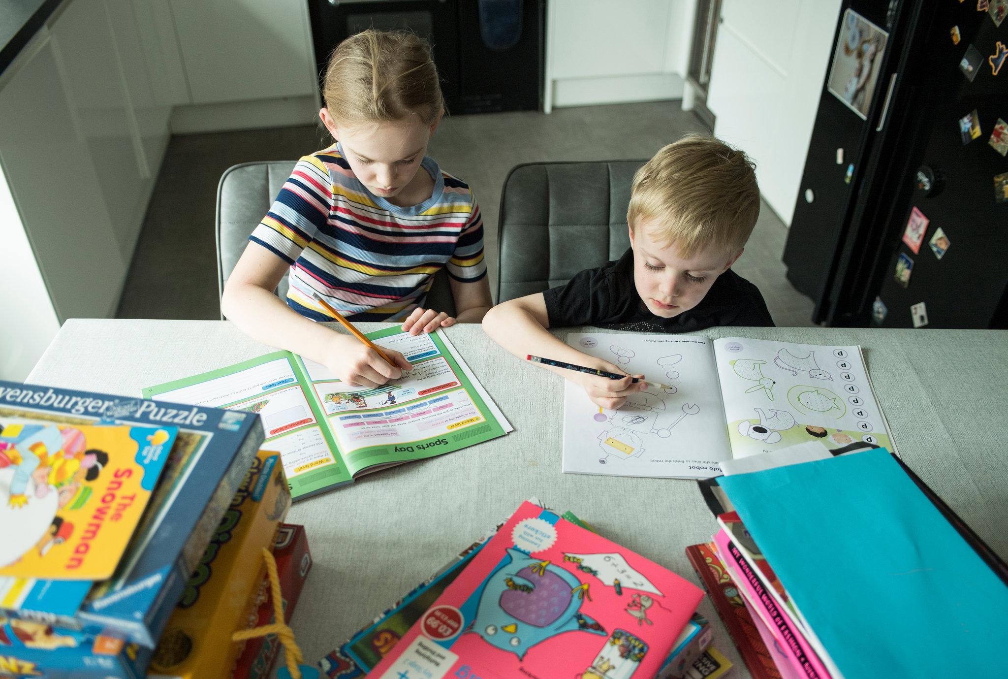 Các công cụ học tiếng Anh truyền thống vẫn được sử dụng phổ biến trong quá trình dạy tiếng Anh cho bé