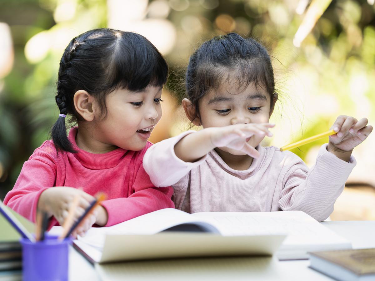 Lựa chọn các cuốn sách có nội dung và minh họa sinh động trong giai đoạn trẻ mầm non học tiếng Anh
