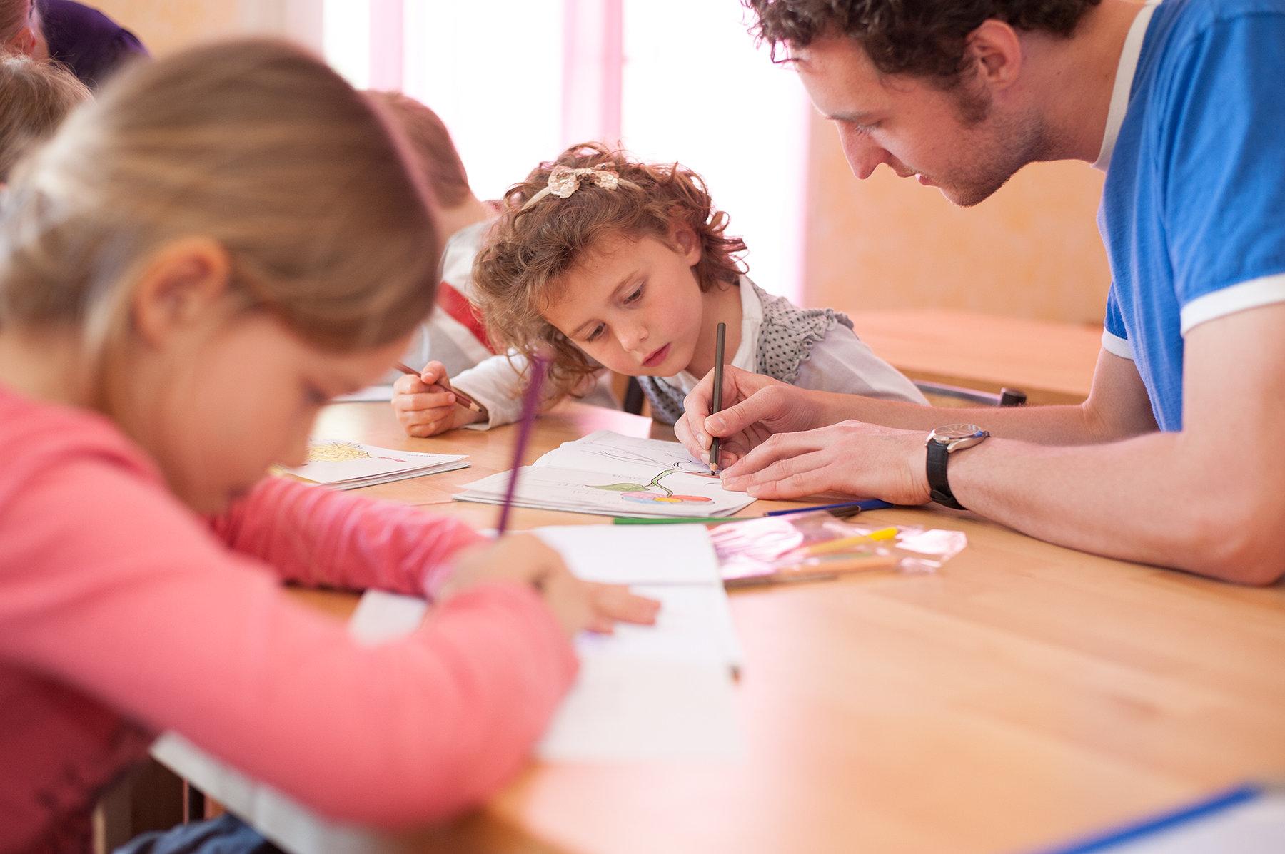 Các công cụ học tập cũng vô cùng cần thiết trong quá trình học tiếng Anh cho bé