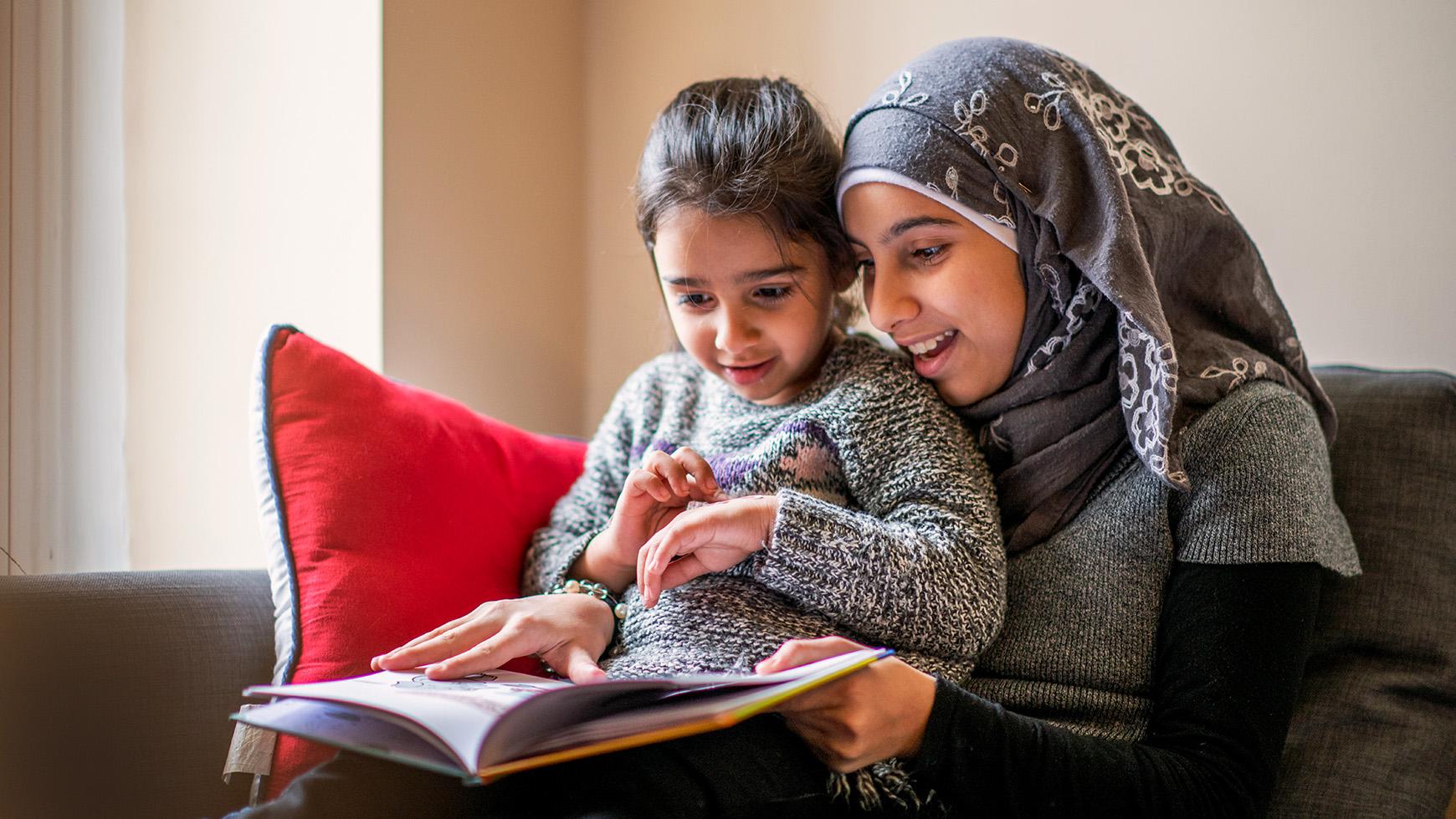 Phụ huynh là người giúp đỡ trực tiếp con trẻ trong quá trình học tiếng Anh qua truyện song ngữ