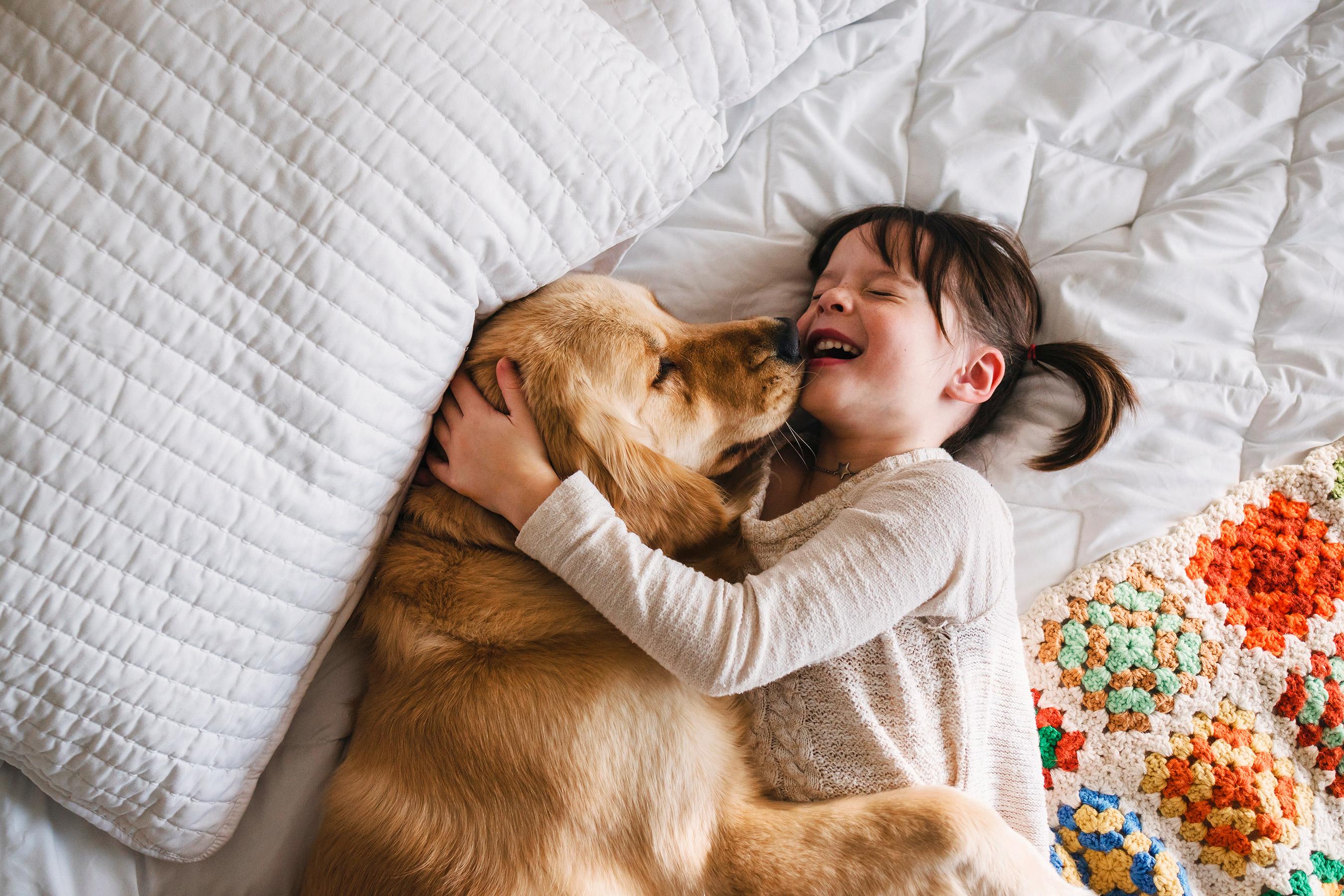 Trẻ em rất yêu thích và gắn bó với vật nuôi