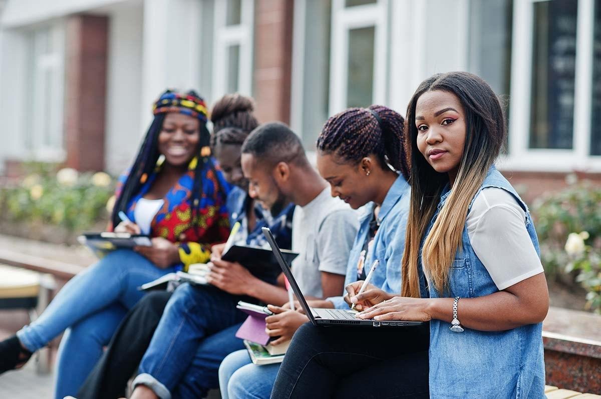 Sinh viên hay người đi làm nên tận dụng những lợi thế mà các khóa học phát âm tiếng Anh đem lại