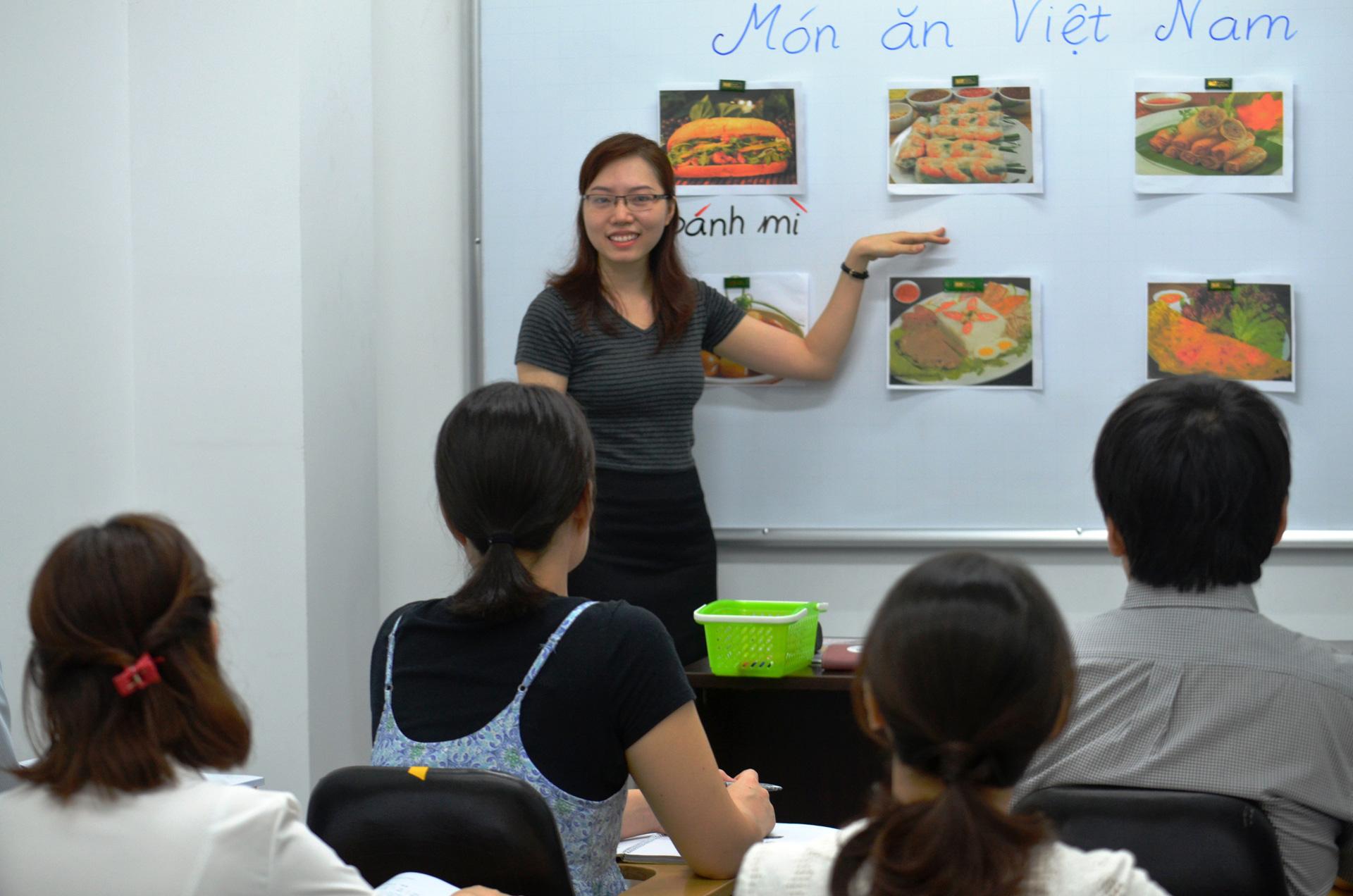 Quá trình dạy tiếng Anh của giáo viên người Việt cũng có những thuận lợi và khó khăn riêng