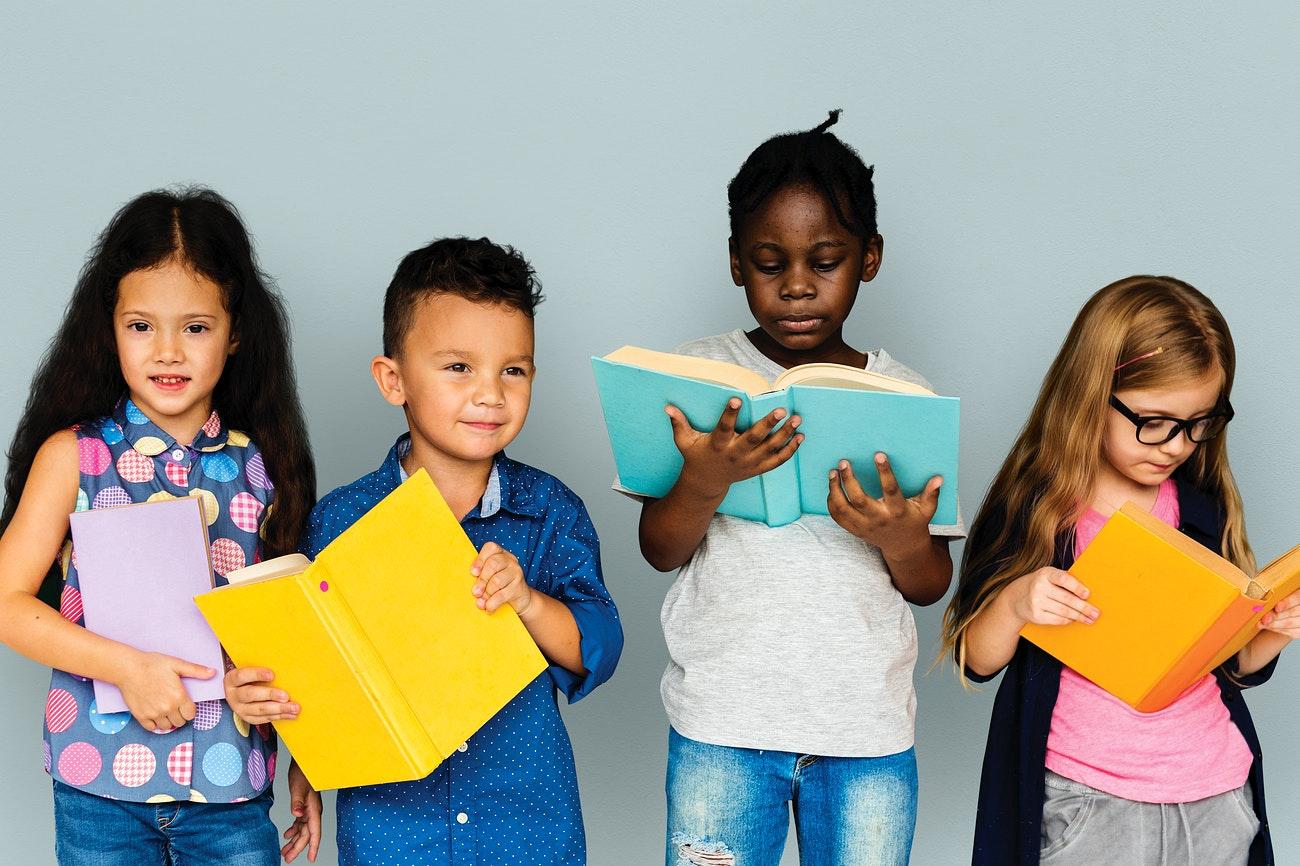 "Câu chuyện ""Pencil and eraser"" là cuộc đối thoại giữa hai vật dụng học tập quen thuộc của trẻ"